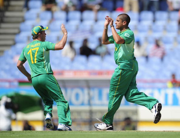South African bowler Rory Kleinveldt (R)