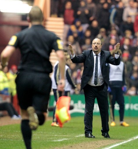 Chelsea interim head coach Rafael Benitez challenges linesman, in Middlesborough, on February 27, 2013