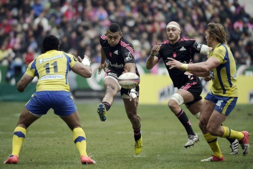 Stade Francais' Waisea Vuidravuwalu (2ndL) kicks the ball at Stade Francais, Saint Denis on March 2, 2013