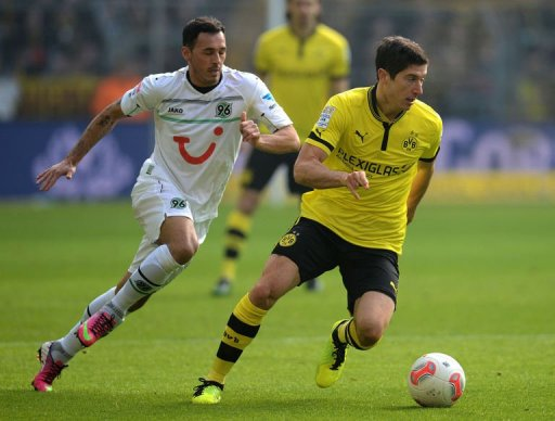 Hanover's Sergio Pinto (L) and Dortmund's Robert Lewandowski fight for the ball in Dortmund on March 2, 2013