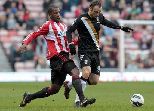Sunderland's defender Titus Bramble (L) challenges Fulham's striker Dimitar Berbatov in Sunderland, March 2, 2013