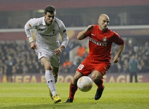 Tottenham Hotspur's Gareth Bale (L) fights for the ball with Inter Milan's Esteban Cambiasso, in London, on March 7, 2013