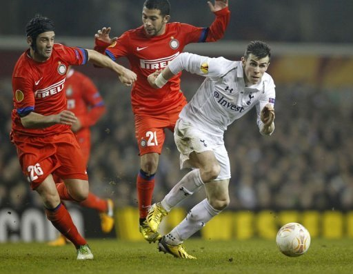 Spurs's Gareth Bale (R) with Inter's Christian Chivu (L) and Walter Gargano in London on March 7, 2013