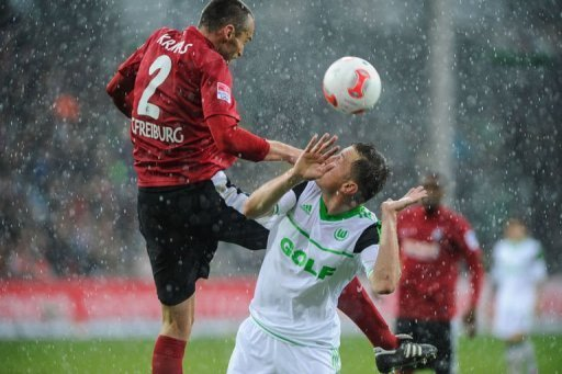 Freiburg's defender Pavel Krmas (L) and Wolfsburg's striker Ivica Olic fight for the ball in Freiburg, March 9, 2013