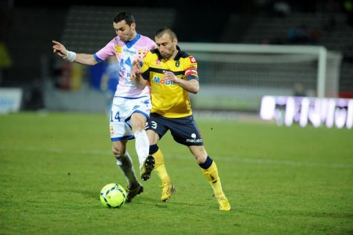 Evian's Cedric Barbosa (L) clashes with Sochaux's David Sauget on March 9, 2013 at the Parc des sports stadium in Annecy