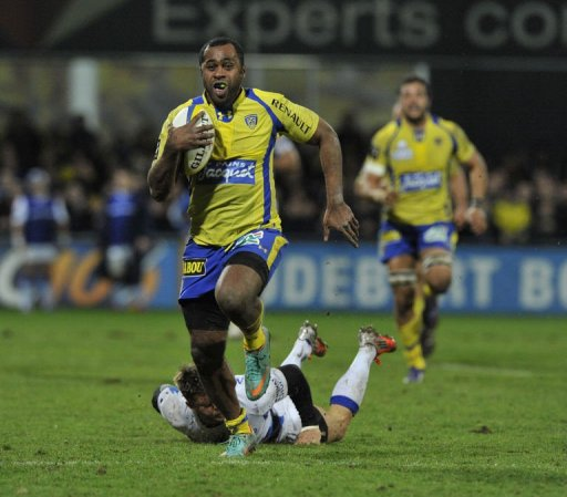 Clermont's winger Sitiveni Sivivatu runs to score a try on March 9, 2013 in Clermont-Ferrand