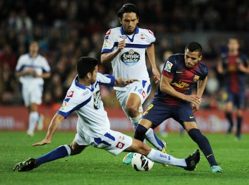 Barcelona's forward Alexis Sanchez (R) clashes with Deportivo's forward Pizzi (L) in Barcelona on March 9, 2013