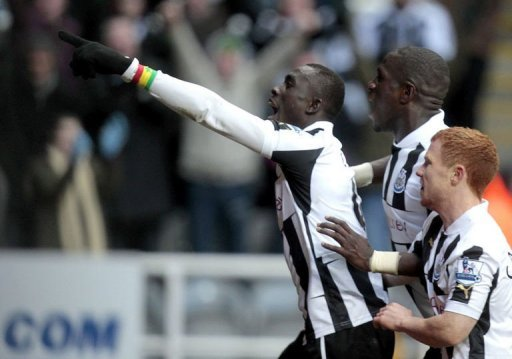 Newcastle's Papiss Cisse (L) celebrates scoring the winning goal at St James' Park on March 10, 201