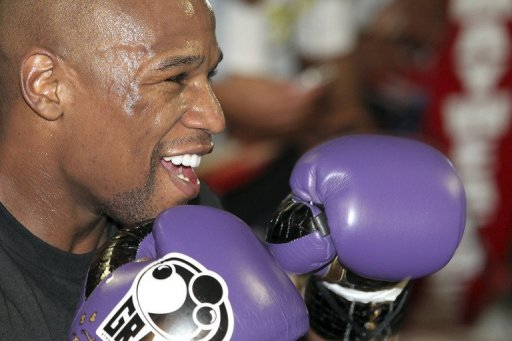 Boxer Floyd Mayweather Jr. works out on April 24, 2012 in Las Vegas, Nevada