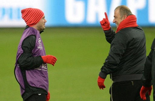 Galatasaray's head coach Fatih Terim (R) talks to Wesley Sneijder in Gelsenkirchen on March 11, 2013
