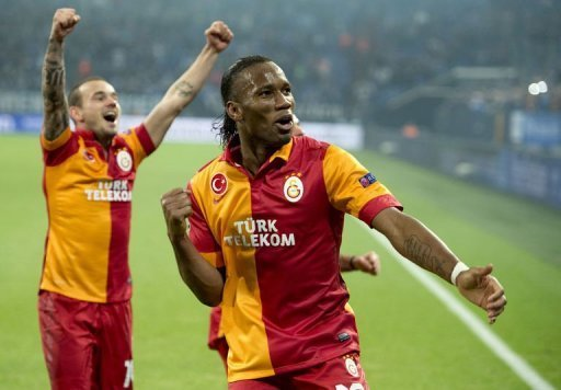 Galatasaray's Didier Drogba (R) and Wesley Sneijder (L) celebrate in Gelsenkirchen on March 12, 2013