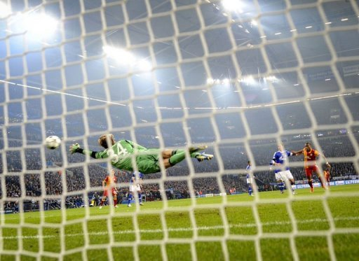 Schalke's Timo Hildebrand (L) fails to save a shot by Galatasaray's Hamit Altintop in Gelsenkirchen on March 12, 2013