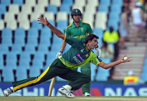 Mohammad Irfan of Pakistan takes a catch of his own bowling to dismiss South Africa's Faf du Plessis, March 15, 2013