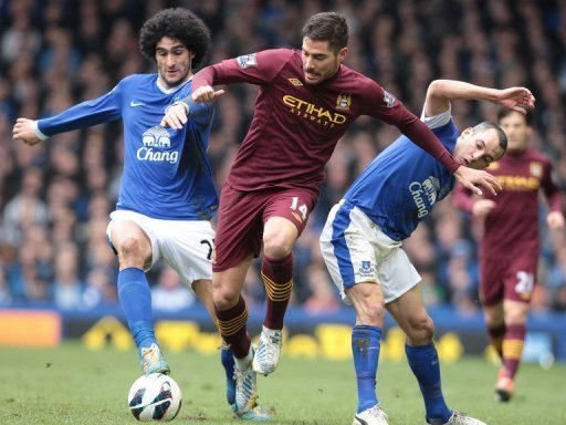 Marouane Fellaini (L) and Leon Osman tackle Javier Garcia (C) in Liverpool on March 16, 2013