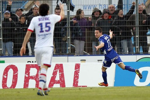 Bastia's midfielder Florian Thauvin (R) celebrates after scoring a goal in Bastia, Corsica, on March 16, 2013
