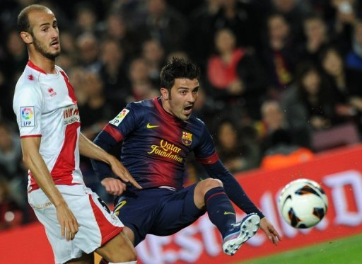 Barcelona's David Villa (R) and Rayo's Alex Galvez are pictured during their Spanish league match on March 17, 2013