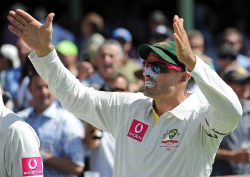 Mike Hussey gestures prior to his final Test match for Australia on January 3, 2013