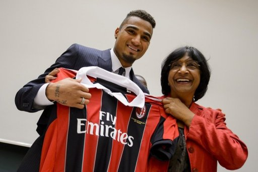 Kevin-Prince Boateng (L) and Navi Pillay pose with a AC Milan jersey on March 21, 2013 in Geneva