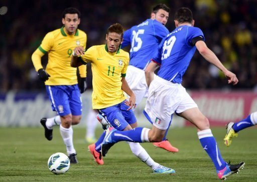 Brazil's Neymar (C) vies with Italy's Leonardo Bonucci (R) on March 21, 2013 at the stadium of Geneva