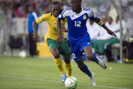 South Africa's Reneilwe Letsholonyane (L) fights for the ball with Manasse Enza-Yamissi of the CAR, March 23, 2013