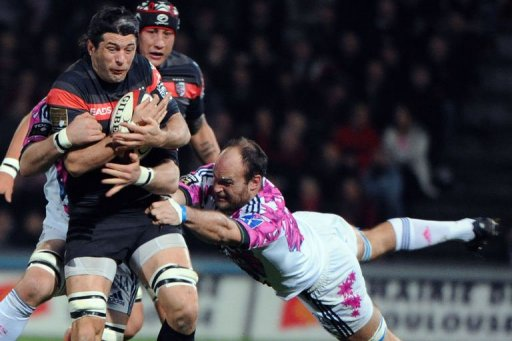 Toulouse's flanker Jean Bouilhou (L) vies with Paris flanker Antoine Burban (R) on March 24, 2013 in Toulouse