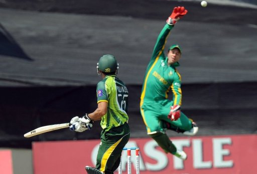 Younis Khan sees the ball soar over AB de Villiers during the fifth and final one-day international on March 24, 2013