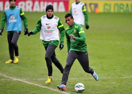 Brazil's Luiz Gustavo (R) and Kaka are pictured during a team training session at Stamford Bridge on March 24, 2013