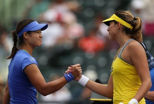 Li Na (L) shakes hands at the net after her victory against Garbine Muguruza on March 25, 2013, in Key Biscayne