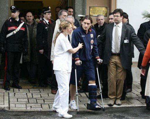 Francesco Totti (C) leaves the Villa Stuart hospital in Rome on February 22, 2006