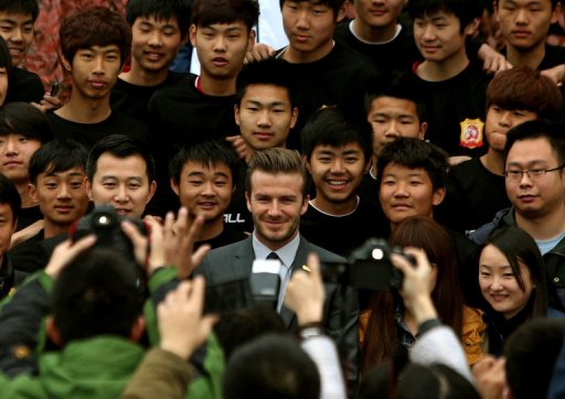 David Beckham (C) poses for a photo with young Chinese players at the Zall Football Club in Wuhan on March 23, 2013