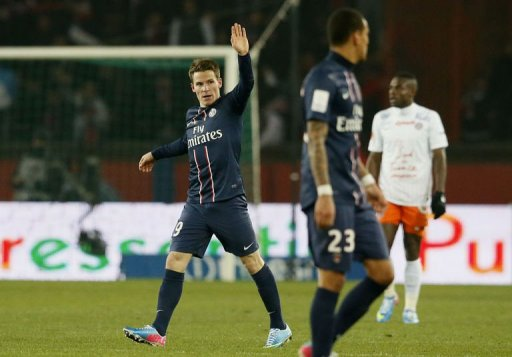 Paris Saint-Germain's forward Kevin Gameiro (L) celebrates after scoring in Paris on March 29, 2013