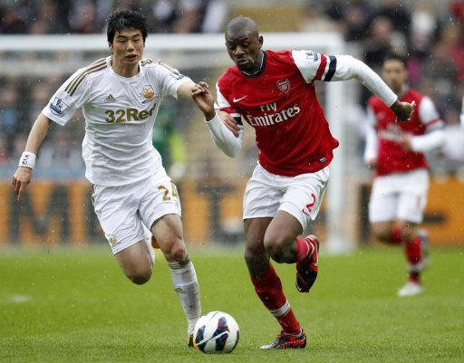 Swansea City midfielder Ki Sung-Yueng (L) tussles with Arsenal's Abou Diaby on March 16, 2013