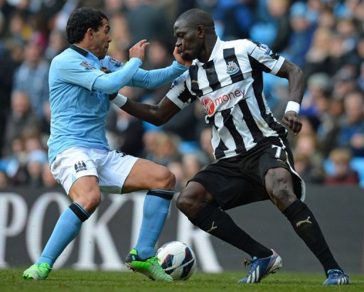 Manchester City's striker Carlos Tevez (L) vies with Newcastle United's midfielder Moussa Sissoko (R) on March 30, 2013