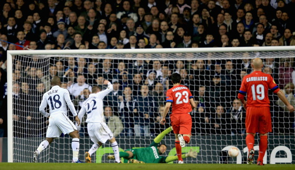 LONDON, ENGLAND - MARCH 07:  Gylfi Sigurdsson of Tottenham Hotspur scores his side's second goal past Samir Handanovic of FC Internazionale Milano during the UEFA Europa League Round of 16 First Leg match between Tottenham Hotspur and FC Internazionale Milano at White Hart Lane