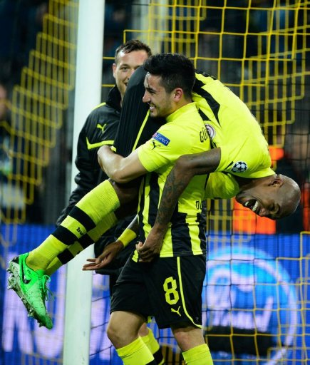 Dortmund's Felipe Santana celebrates scoring the winning goal with his teammate Ilkay Guendogan on April 9, 2013