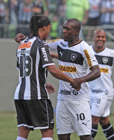 Ronaldinho of Atletico MG greets Eedorf of Botafogo during a match between Botafogo and Atletico MG as part ot the Brazilian Championship at Independence Stadium on August 19, 2012 in Belo Horizonte, Brazil. (Photo by Celio Messias/LatinContent/Getty Images)
