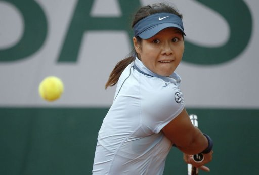 China's Li Na plays USA's Bethanie Mattek-Sands in the French Open second round in Paris on May 30, 2013
