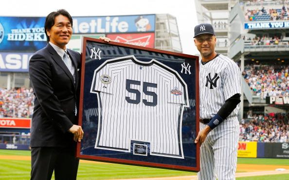 Hideki Matsui (L) honoured by Derek Jeter