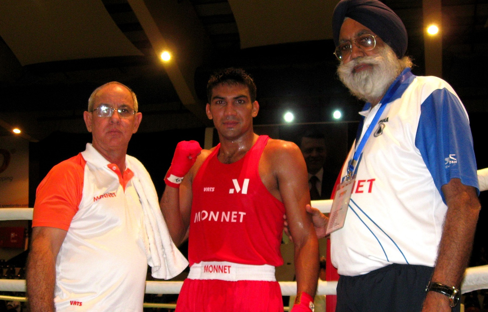 Manoj Kumar (64kg) with Coach Sandhu (R) and Fernandez (L) after winning his opening bout at Amman