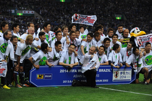 Alberto Zaccheroni, coach of Japan, leads the celebration with the squad during the FIFA World Cup qualifier match between Japan and Australia at Saitama Stadium on June 4, 2013 in Saitama, Japan.  (Getty Images)