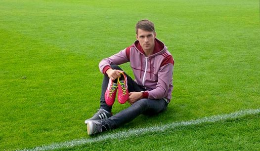 d3b26266eef3 Arsenal's Aaron Ramsey goes pink – special boots for United clash