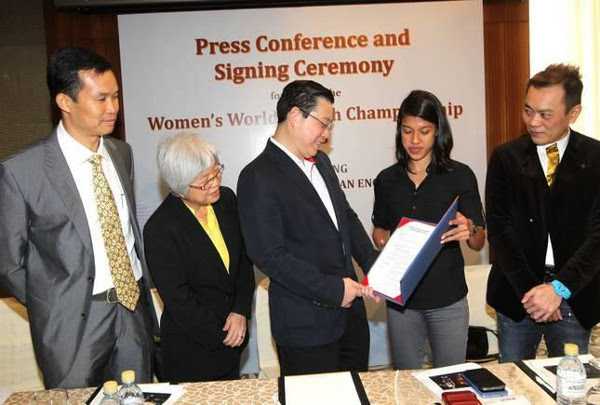 Pictured during today's signing ceremony in Kuala Lumpur are (L to R) Penang Squash Association president Huang Yin How; Penang state exco for Youth and Sports, Women, Family and Community Development Chong Eng; Penang Chief Minister Lim Guan Eng; Nicol David and event director Thomas Chan.