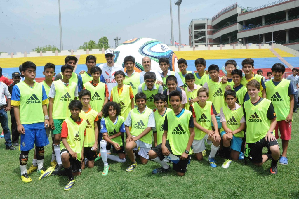 Kevin Pietersen and Tushar Goculdas, Brand Director, adidas India with the 30 finalists from Delhi for adidas FIFA Flag bearers program
