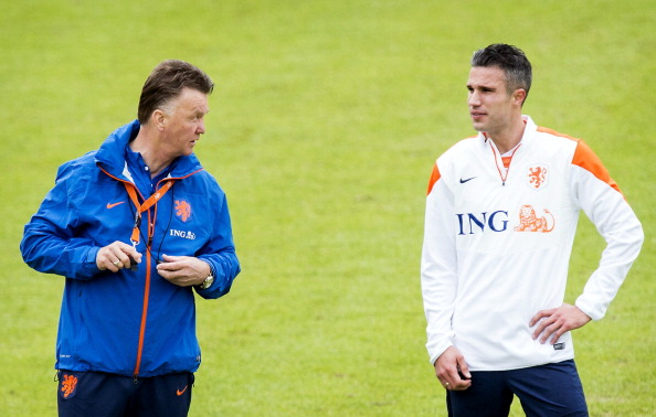 Dutch national football team coach Louis van Gaal (L) and national team player Robin van Persie