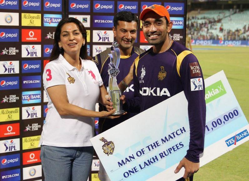 Robin Uthappa receiving his Man of the Match award from Juhi Chawla