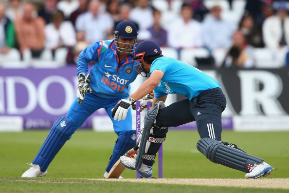 MS Dhoni breaks record for most stumpings in international ... Ms Dhoni Wicket Keeping Diving