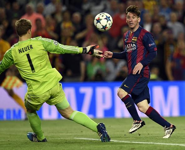 Lionel Messi scores past Manuel Neuer
