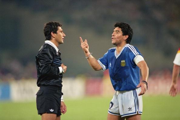Diego Maradona protes kepada wasit di final Piala Dunia 1990.