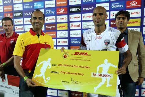 Diomansy Kamara ISL 2015 DHL Winning Pass award NorthEast United