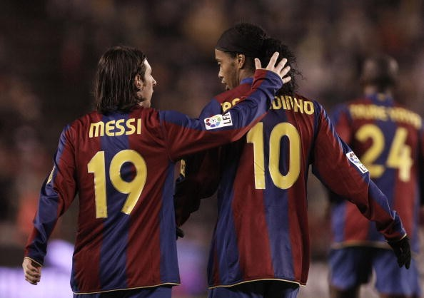 131972f21 How Lionel Messi got the number 10 shirt from Ronaldinho at Barcelona